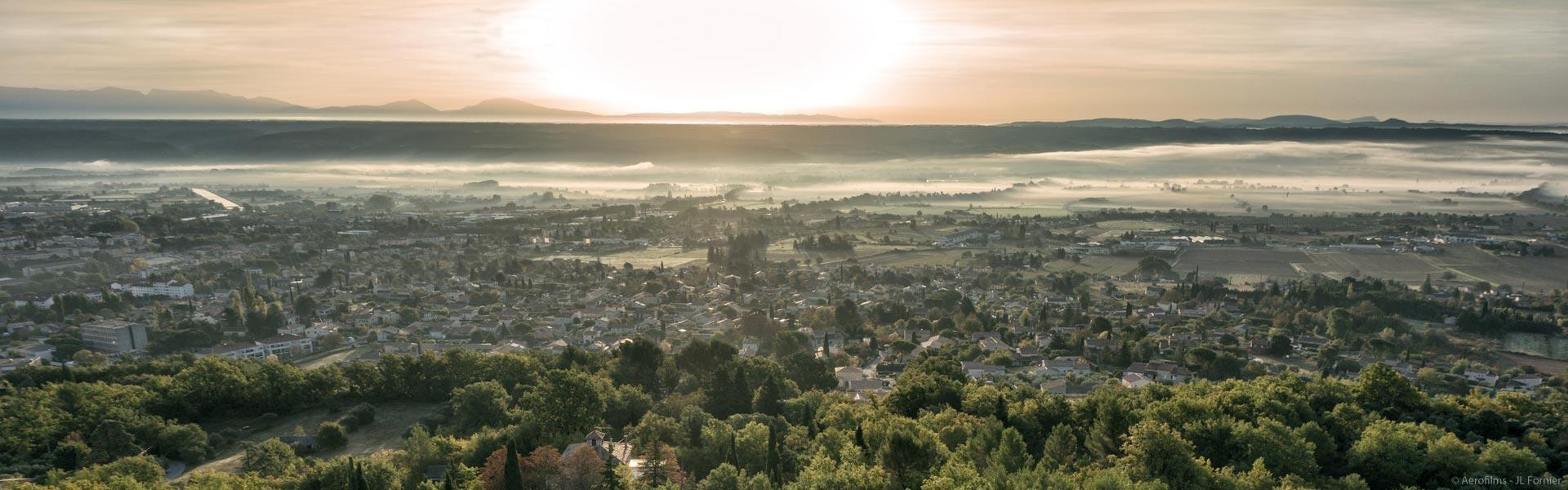 Ville de Manosque au lever du jour avec la brume